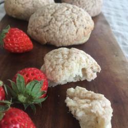 2月パン イチゴココナッツメロンパン